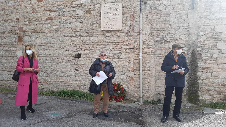 8 Marzo – Sentita cerimonia sotto la targa commemorativa delle partigiane sul muro dell'ex carcere femminile di Perugia
