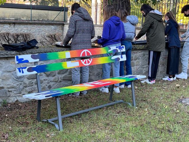 """San Giustino – I ragazzi della scuola media dipingono le """"panchine della pace"""""""